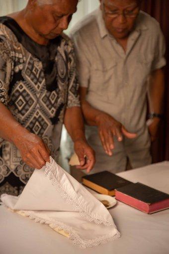 De heer en mevrouw Abraham met piring natzar, foto Cindy Bakker