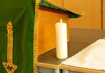 Piring natzar tijdens ceremonie in kerk